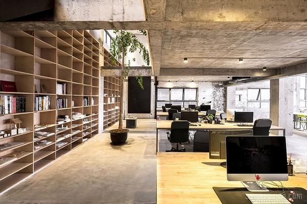 WAU建筑事务所的办公室位于深圳蛇口。前身是一个多层的工业仓库,临近渔港,西侧则是一个造船厂。老工业遗产的改造重新定义了传统渔港,为它创造了新的机遇。该办公室位于工业仓库的三楼,部分为夹层,总面积460平米。设计概念是遵循最少干预原则。此外采用合适的方式来保持建筑原始的空间特性,同时节省成本。