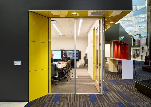 Design Blitz 在旧金山为微软公司设计了一个新的办公室,这个办公室将作为创新发现产品的陈列室用。43500平方英尺的办公空间将员工的工作空间和直面客户的技术中心混合在了一起,以便为微软公司的产品和服务创造一个真实的示范空间。