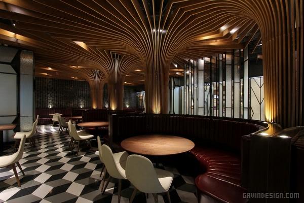 这家餐厅是佐敦道旗下的茶餐厅,集团成立于 2008 年,总部设在香港,它的名字就源于香港九龙油尖旺区的一条街道。早期主打酒吧特饮,尤其是港式和台式奶茶,后来扩大发展成连锁品牌,开设了以粤菜为主的港式茶餐厅。在云南昆明,就有三家佐敦道酒吧或餐厅。